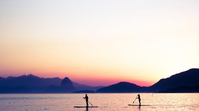 deux personnes qui font du paddle pendant la journée