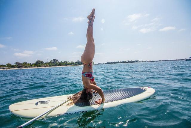 faire du yoga sur une planche de paddle